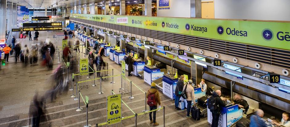"""Optimizē testēšanas procesu lidostā """"Rīga""""; aicina pasažierus rūpīgi sagatavoties lidojumam"""