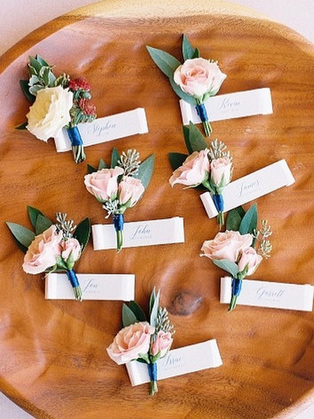 Love this fun addition of boutonniere ta