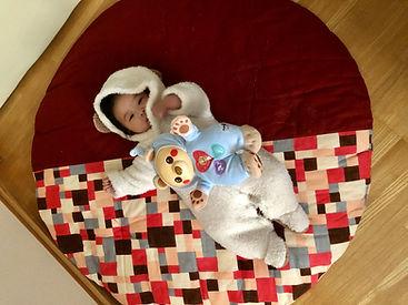 我が家の白くまさん! お出かけの時も、せんべい座布団はもちろん一緒。 ベビーベッドより寝転び率高め(^^)