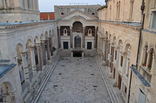 Peristyle of Diocletian's Palace.jpg