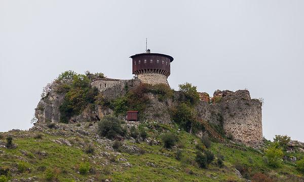 Castillo_de_Petrela,_Petrela,_Albania,_2