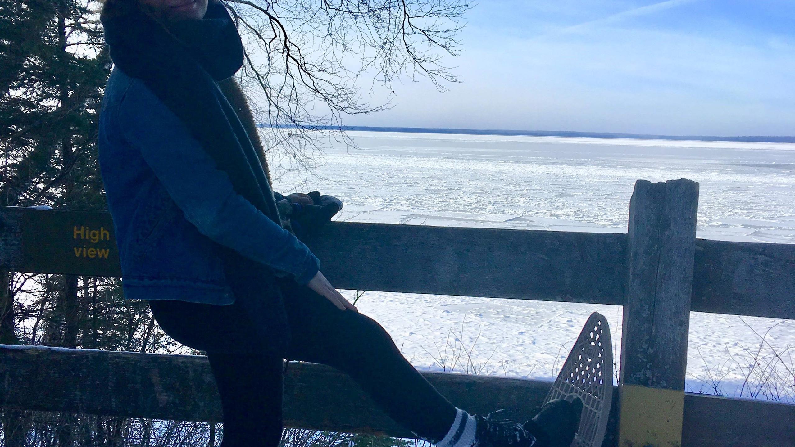 Wandelingen met sneeuwschoenen met dichtgevroren meren op de achtergrond