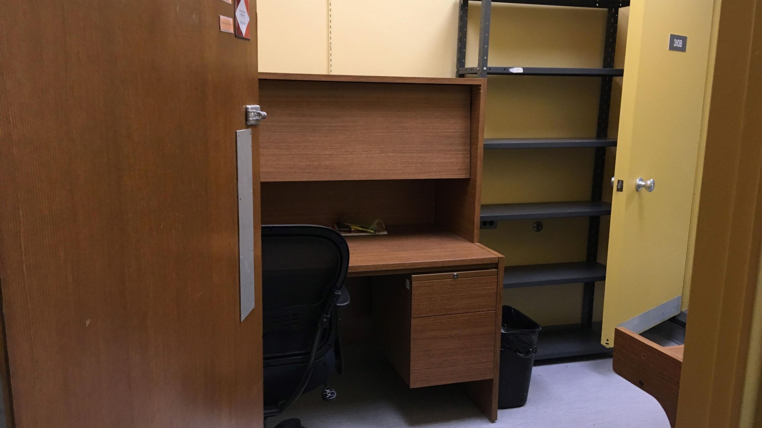 Mijn bureautje dat we met twee deelden (met persoonlijke tag op de deur ;) )