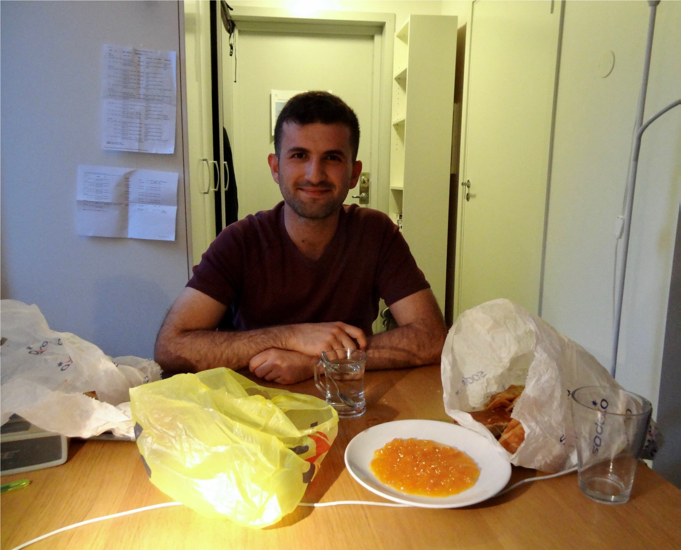 Eerste maaltijd met mijn Turkse roommate, traditioneel Turks gebak dat hij had meegebracht uit Turkije.