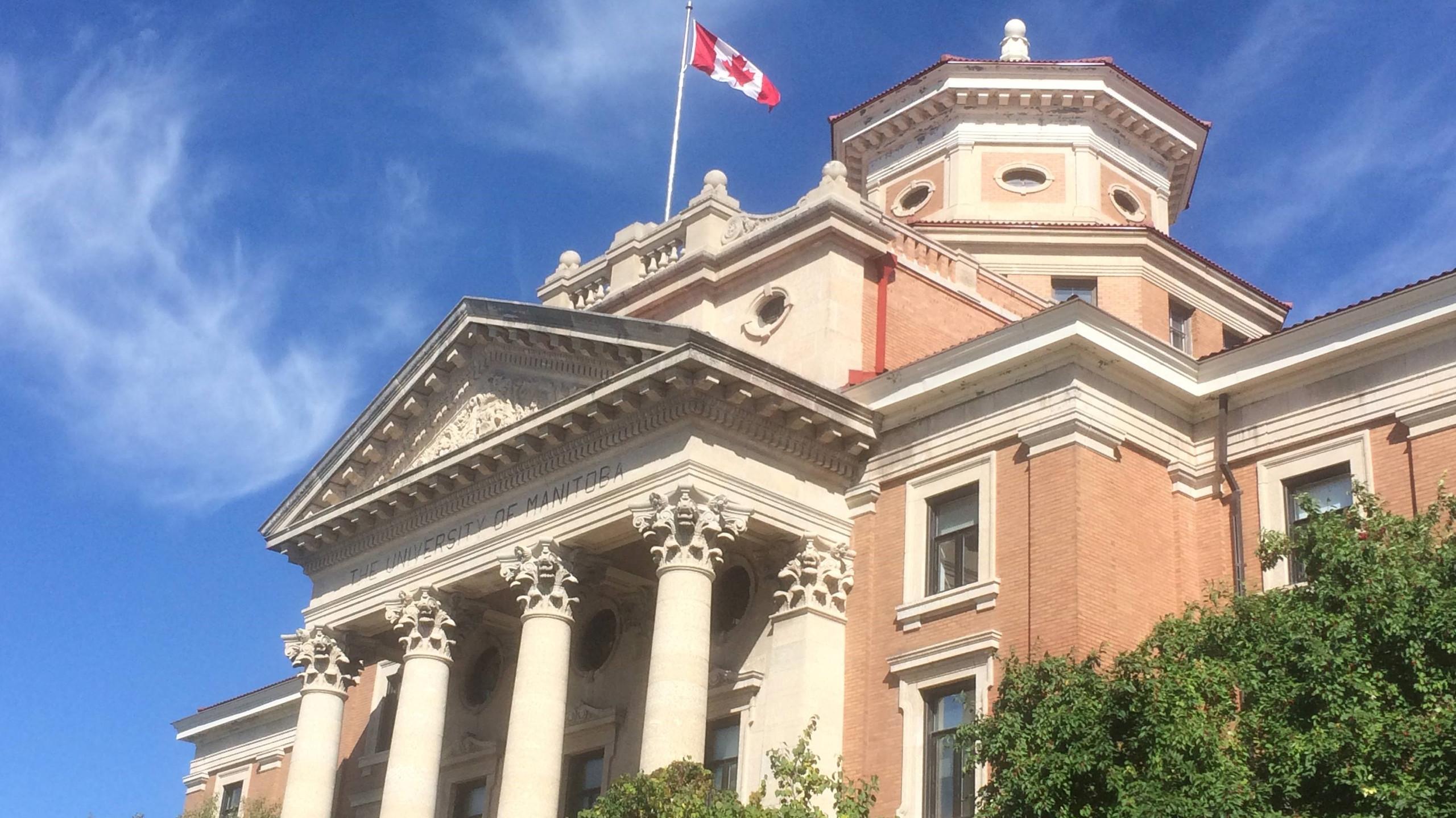 Het hoofdgebouw van de campus: overal waar je kijkt zie je met trots de Canadese vlag wapperen. Canadezen zijn erg trots op hun diversiteit en vriendelijkheid.