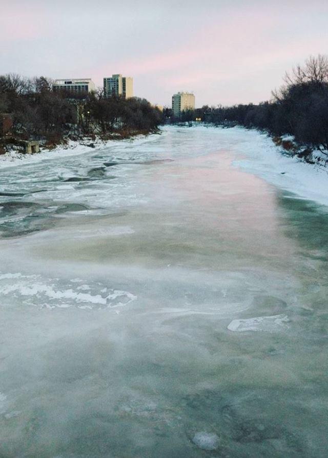 Rivier in Winnipeg is helemaal bevroren = tijd om te schaatsen!