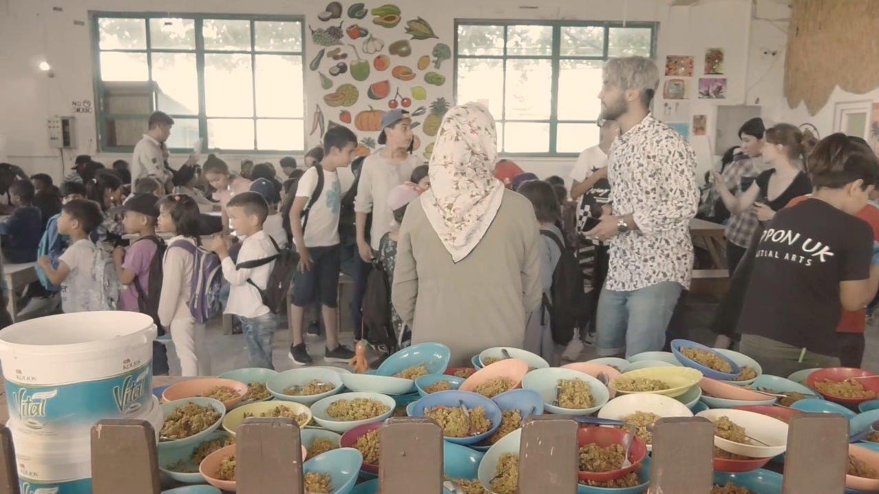 תלמידים ומורים  בית ספר לפליטים ביוון