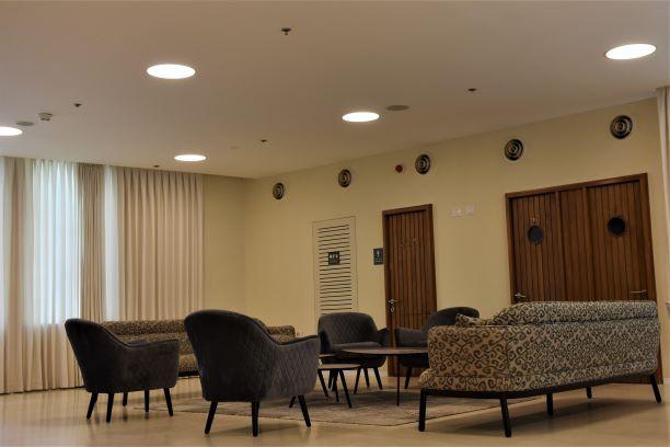 גופי תאורה עגולים סימטריים, מייצרים אור רך על פינת הישיבה