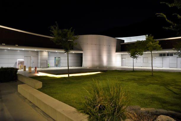 החלק האחורי של המרכז המסחרי. איזור הגינה מקבל אור בלתי-ישיר