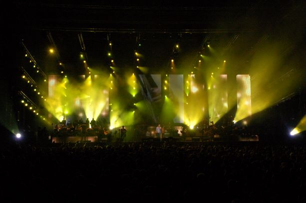 הבמה צבועה בגווני הצהוב. קרני אור, גופי תאורה בגדלים שונים נותנים אפקטי מרשים.