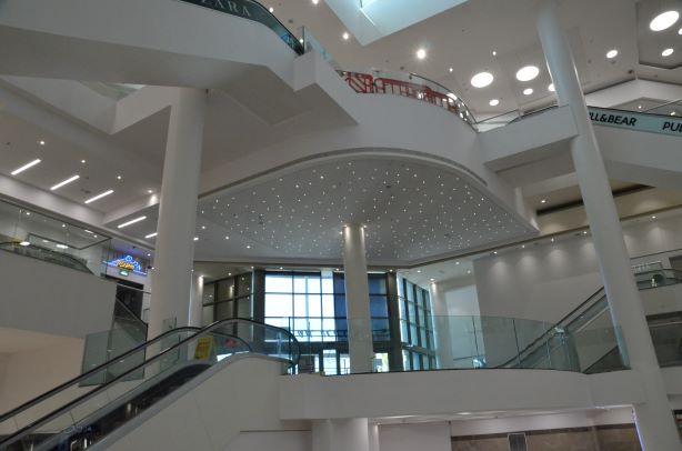 גופי תאורה שקועי-תקרה, יוצרים צורות אלגנטיות - פסים, עיגולים, נצנוצים של אור