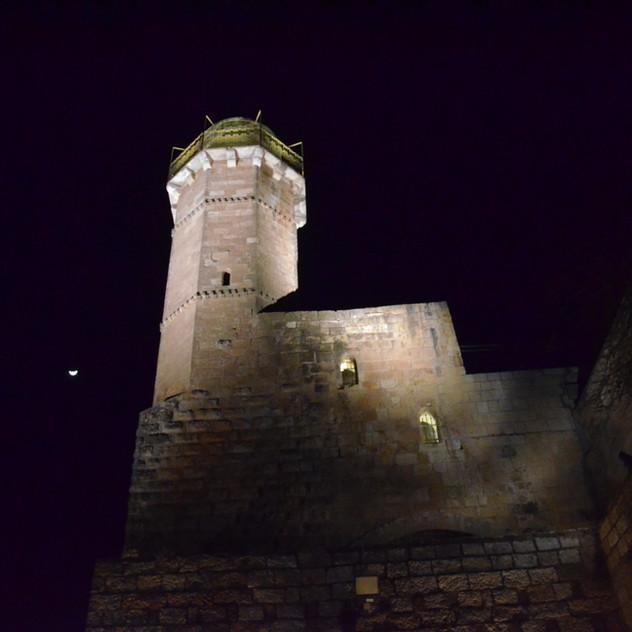 המגדל מנקוThe tower is lit at night, from a low vantage pointדת מבט נמוכה