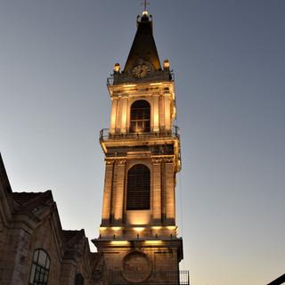 המגדל של מנזר סן סלוודור. תסי האור מדגישים את אלמנט הגובה