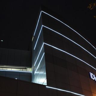 פינת המבנה בזווית חדה וייחודית, מודגשת על ידי קווי תאורת לד על הקיר