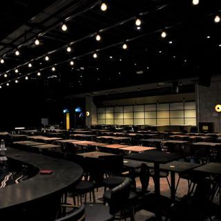קיר הזכוכית נראה במרחק. שלושה טורים של גופי תאורה ייחודיים על התקרה, מייצרים מסלול המוביל אל תוך החלל המרכזי