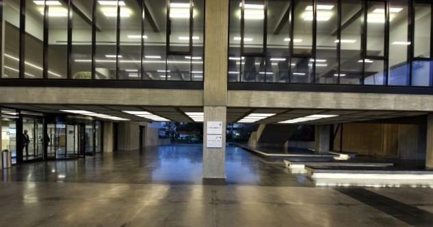 מסדרון מרחף - וגופי התאורה נראים מבעד לחלונות הגדולים