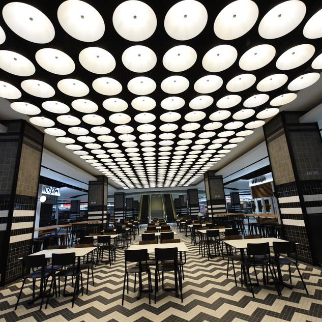 מתחם האוכל בקניון - גופי תאורה עגולים על התקרה