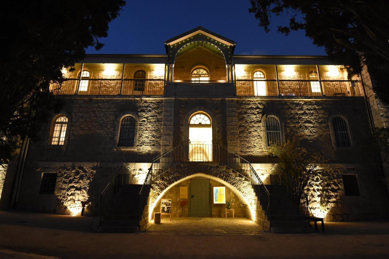 אלומות אור על הקיר הקדמי של בית-הנסן בירושלים