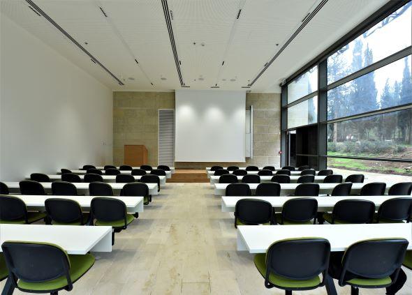 חדר כיתה מוארך, חלונות פתוחים. לתאורה יש משמעות גם שיש אור יום מבחוץ, לחלוקה שווה של האור.