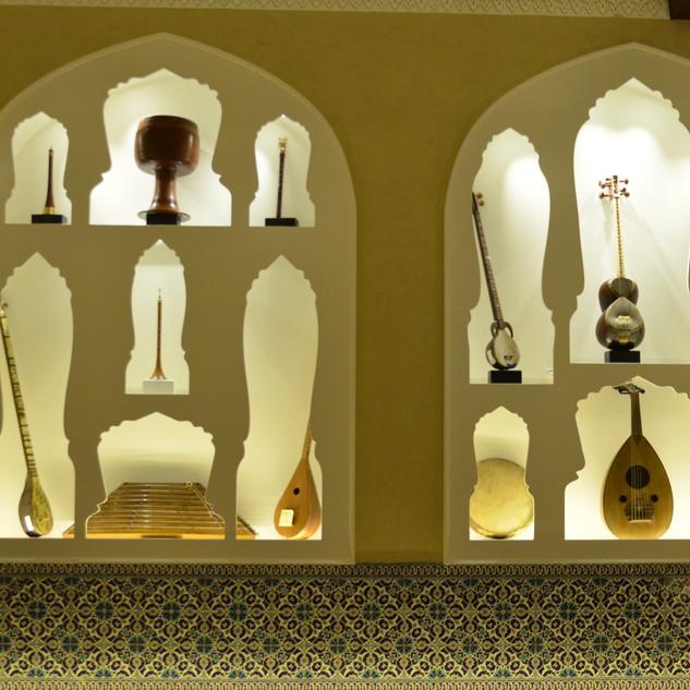 שתי ויטרינות-תצוגה עם כלי נגינה. גופי התאורה אינם נראים, אבל מוסיפים אווירה רכה של אור נעים.