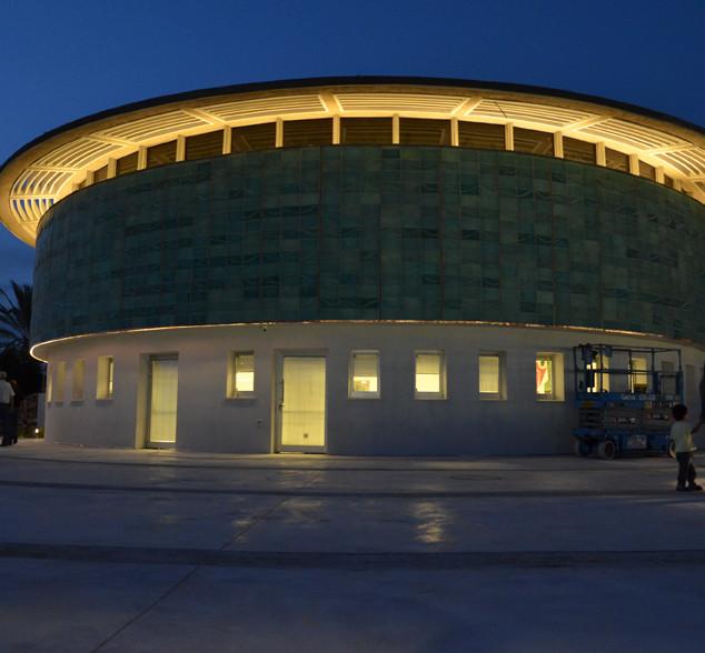 כתר של אור מדגיש את הקו העיצובי של המבנה העגול