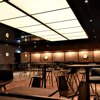 סקיי-ליין בהיר על התקרה, המיוצר על ידי גופי תאורה בלבד. בעומק התמונה, על הקיר גופי תאורה ייחודיים מייצרים אווירה