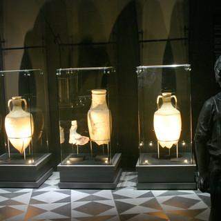 שלוש ויטרינות. שלושה כדי-יין עתיקים מתקופת הורדוס, מוארים באור ממוקד