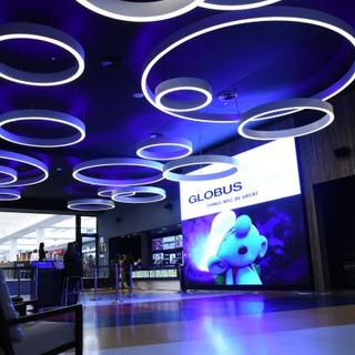 גופי תאורה עגולים בקוטר שונה ובגבהים שונים יוצרים עניין ויופי על התקרה