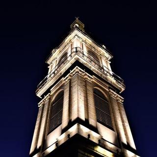 הדגשי האור על מגדל מנזר סן-סלוודור