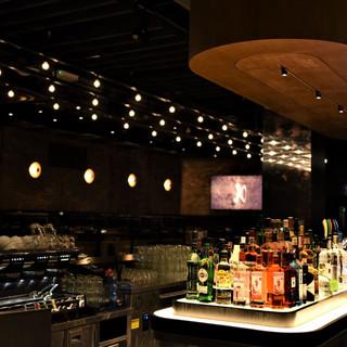 בר המשקאות מואר ומודגש, מעל על התקרה שלושה טורים של גופי תאורה, ובעומק גופי תאורה עגולים ייחודיים על הקיר.