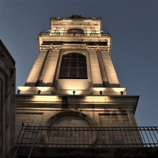 המגדל מואר - זווית הצילום מלמטה כלפי מעלה. מראה את הדגשי התאורה על המגדל