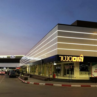 ארבעה פסים של תאורת לד מדגישים את מבנה מתחם הקניות