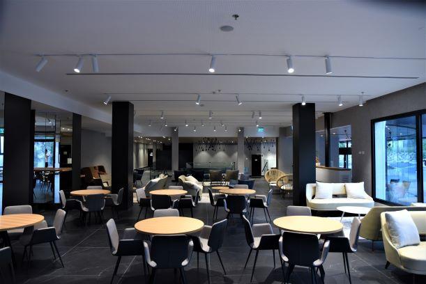 לובי המלון, איזור ישיבה, מואר בתאורה ממוקדת. משחק של אור וצל