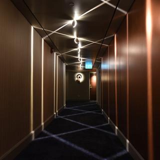 מסדרון שמשאיר רושם - זיגזג של אור על הרצפה