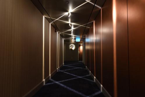 מסדרון מודרני, פסי-אור יוצרים תבנית של זיגזג על הקירות והרצפה. מלון קרלטון, תל אביב