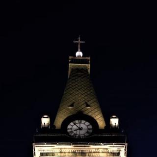 צריח המגדל. גג עשוי נחושת, ושעון המגדל מואר באור רך.