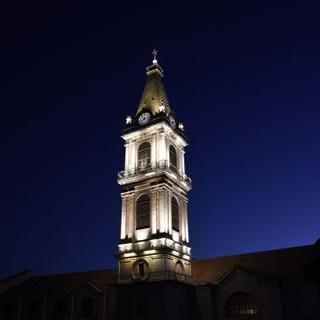 תאורת המגדל בשעת החשכה. האור בוהק ובהיר.