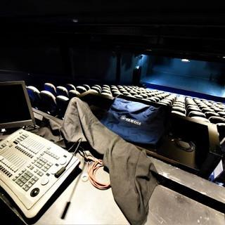 מבט על האולם והבמה מכיוון עמדת ההפעלה ומחשב התאורה.