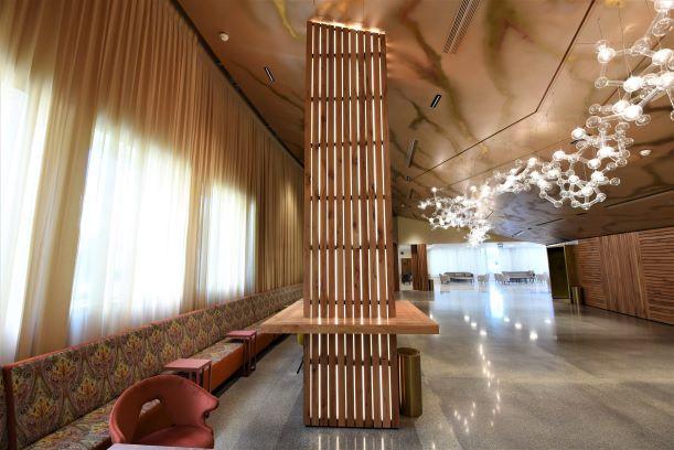 לובי הכניסה לאולם, גופי תאורה ייחודיים על התקרה