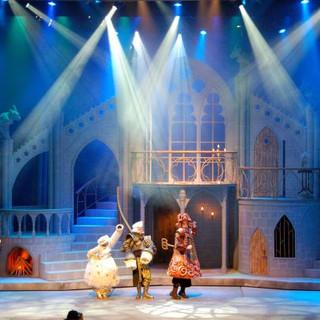 """""""הקומקום"""" ה""""פמוט"""" ו""""השעון"""", בתוך הטירה המכושפת. אלומות האור מייצרות קסם באוויר."""