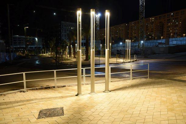 שלושה עמודי תאורה מודרניים ניצבים זה ליד זה