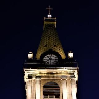 צריח הנחושת של המגדל מודגש בעזרת גופי תאורה קטנים, מרפסת המגדל מודגשת בעזרת קווי האור החזקים