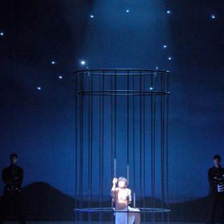 תמונת הכלא המפורסמת של יוסף. בגב הבמה שמים זרועי כוכבים