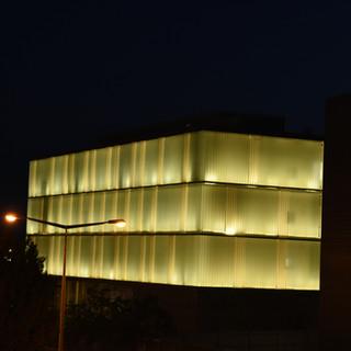 בנין NIBN מרחוק. מואר בלילה.