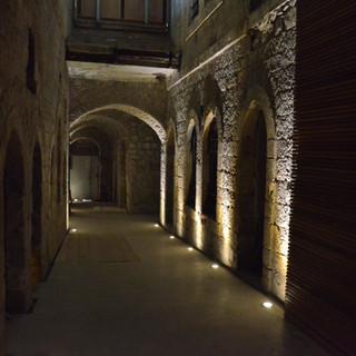 בעבר הרחוק היה זה קיר-חיצוני של בית. כעת הוא מקורה באבנים. אלומות האור מדגישות את האבן הירושלמית.