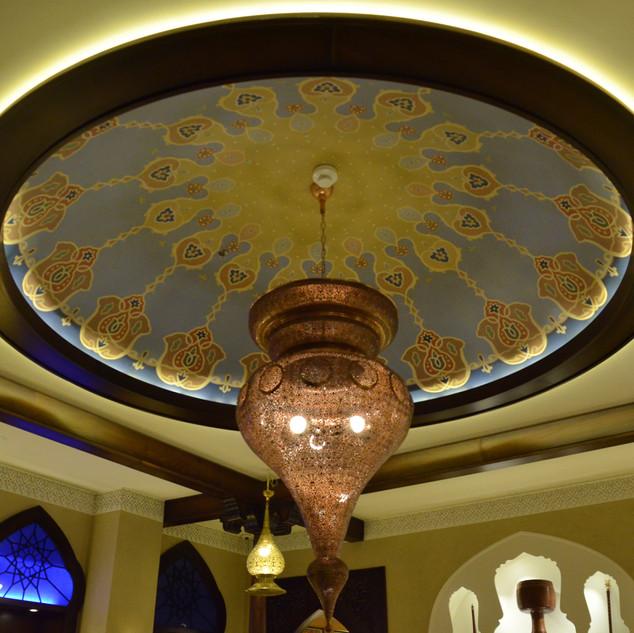 חישוק של אור במרכז תקרת החדר, בתוכו חבויה תאורת לד, הנותנת אור מדוייק סביב הטבעת. במרכז גוף תאורה אוריגינלי מזכוכית, המוסיף תאורת אווירה.