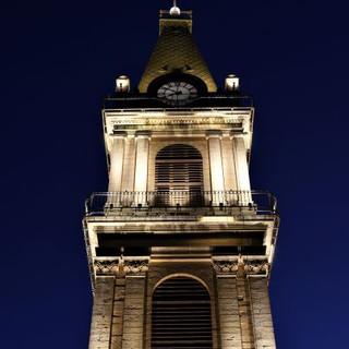 גופי התאורה מציירים פסים של אור על המגדל ומדגישים את המבנה האדריכלי