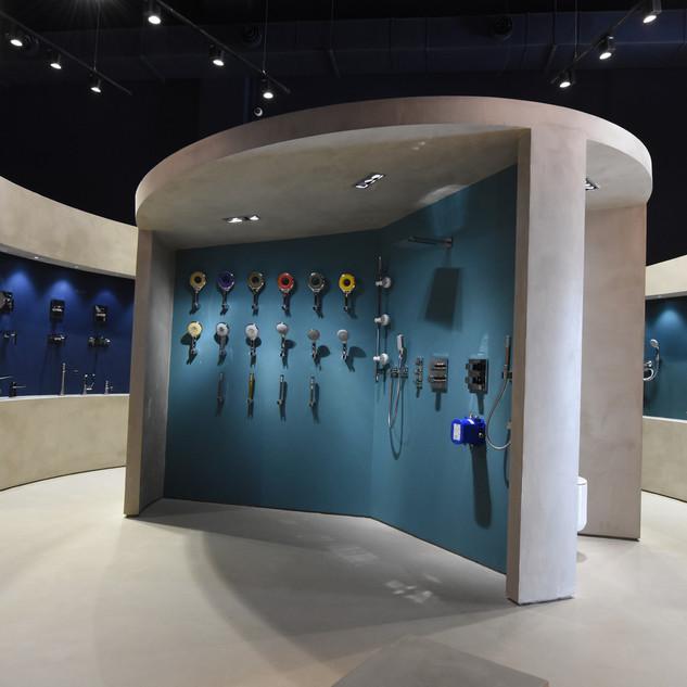 פינת תצוגה של כלי סניטריה למלקחת, מוארת באור רך מלמעלה