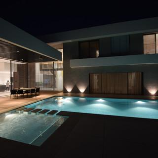 בריכת השחיה בלילה, גופי תאורה בתוך הבריכה ומחוצה לה