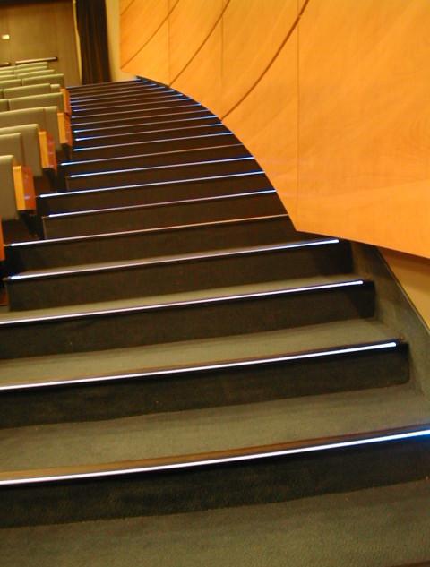 תאורת-החירום של המדרגות - פסים נסתרים של אור